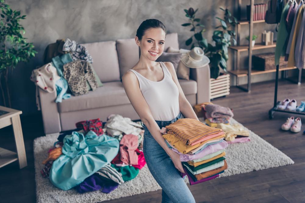 服を整理する女性