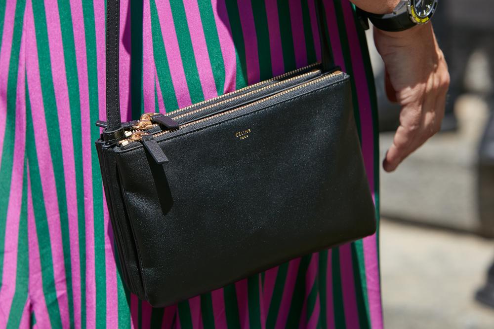 ブラックのトリオバッグを持つ女性
