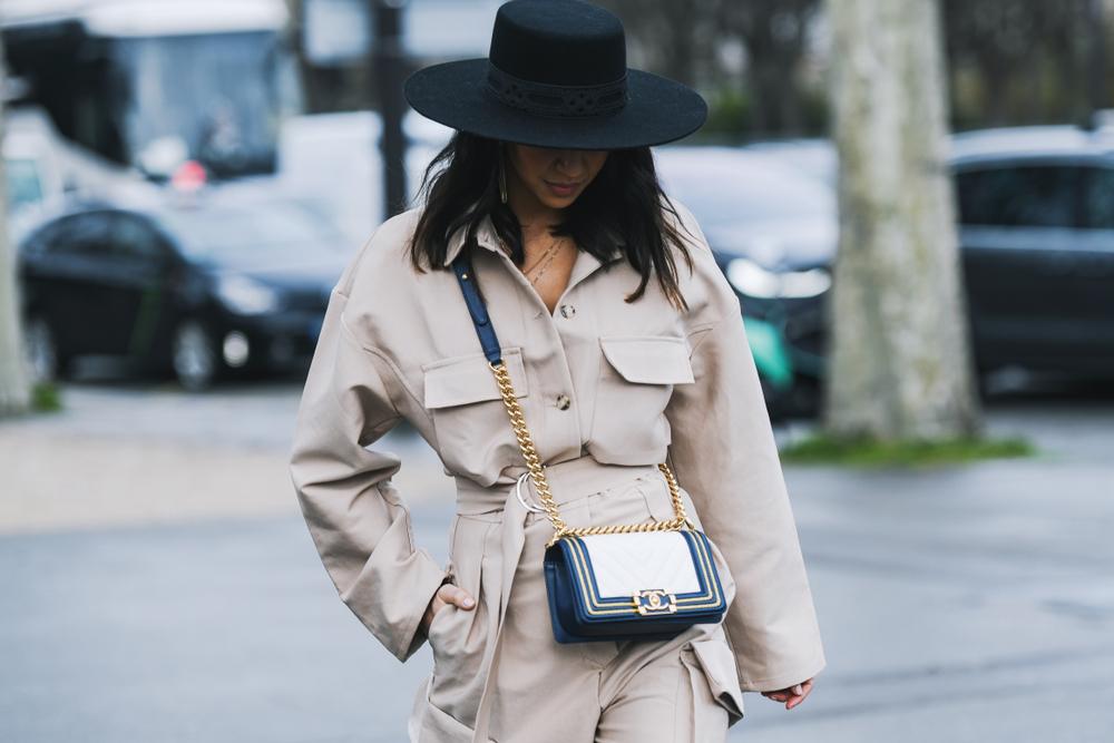 セリーヌのショルダーバッグを提げて歩く女性