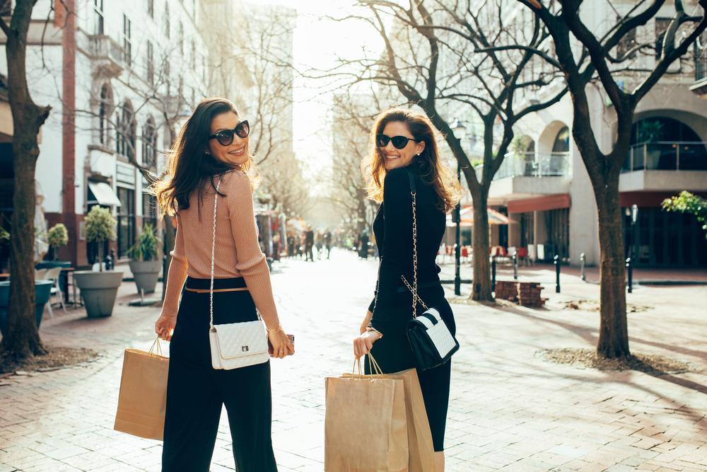 買い物を楽しむ2人の女性