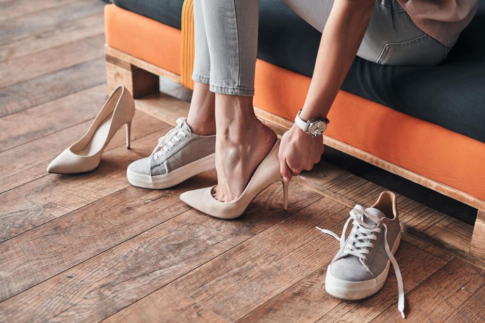靴を履き替える女性