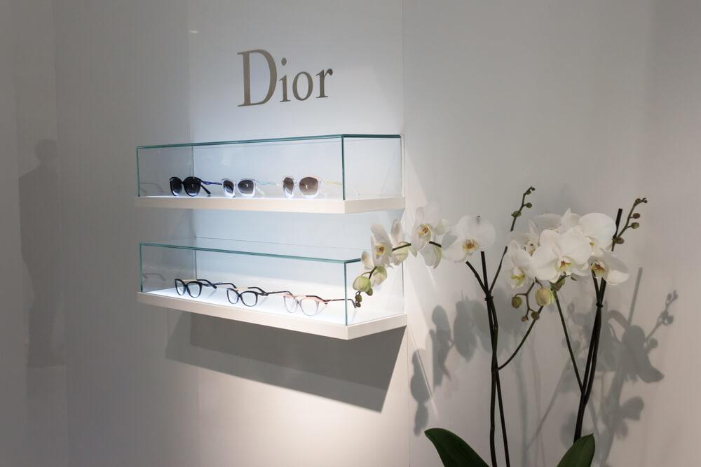 Diorアイウェアのショーケースと蘭