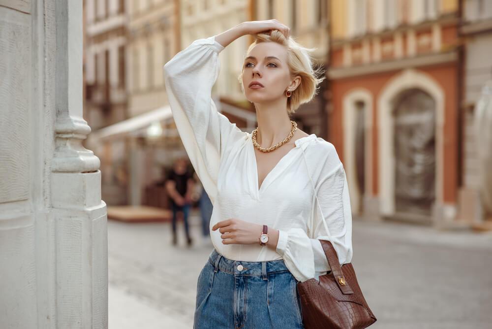 時計とバッグを身につける女性