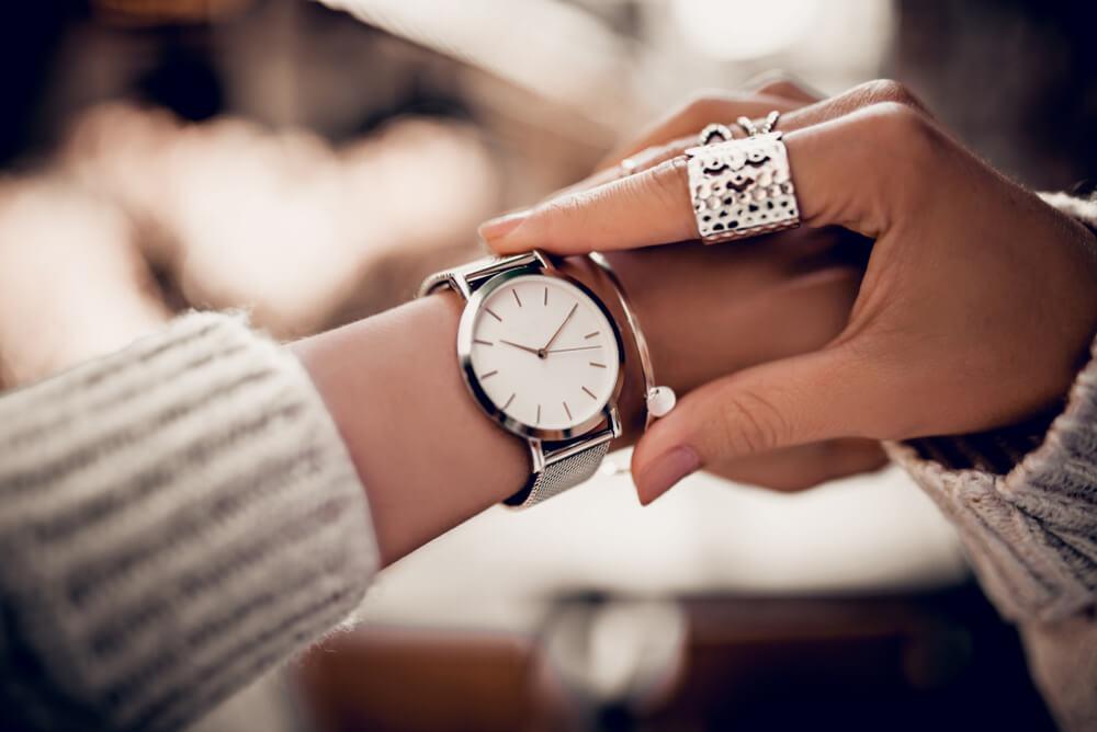 腕時計を身につける女性