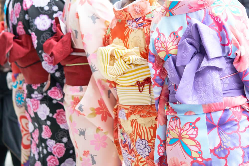 カラフルな着物を着ている女性たち