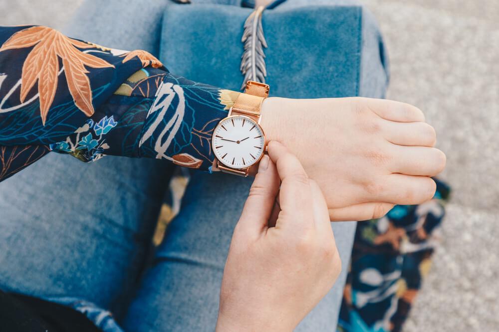 腕時計をつけた女性の手元