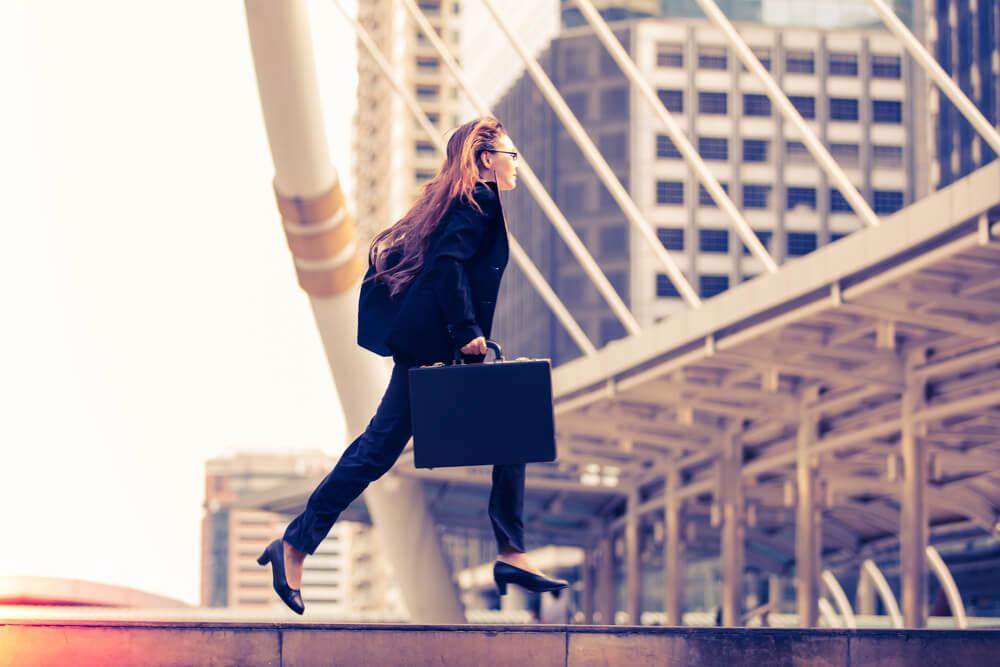 通勤途中走る女性